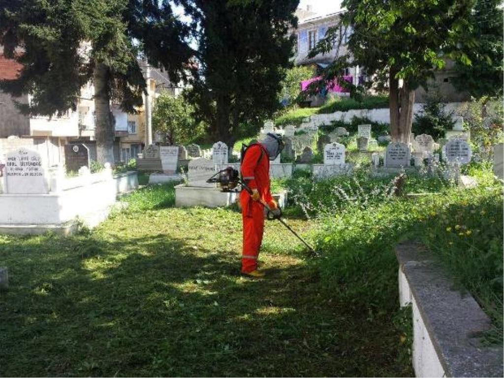 Yeni mezarlıkta çevre düzenlemesi yapıldı.